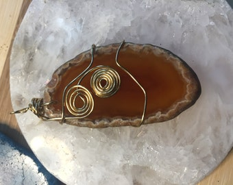 Natural agate slice with gold wire