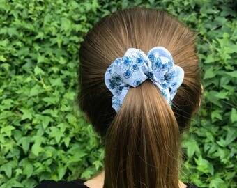 Minze- Blue Floral Scrunchie