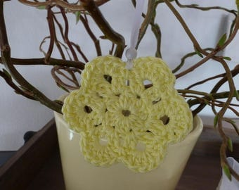 Five crochet flowers with suspension for the Easter bouquet