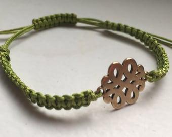 Macrame bracelet green with flowers pendant