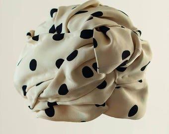 Turbante Turban Handmade Vintage in seta e raso, color panna cream color, con decorazioni a Pois neri, black Pois decorations