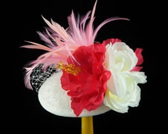 Bibi / fascinator in white felt broke with pink and white flowers, feathers and FishNet