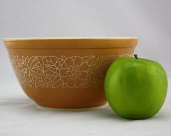 Woodland Pyrex Mixing Bowl - Tan with White Flowers - Small 1.5 Liter #402 - Retro Kitchen Stacking Bowl - Pyrex 400 Series