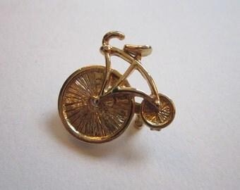 vintage HIGH WHEEL BIKE pin - bike brooch - metal pin