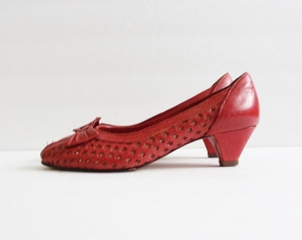 sale // Vintage 50s Red Perforated Bow Heels - Women 5.5 - New Yorkers by Suzanne