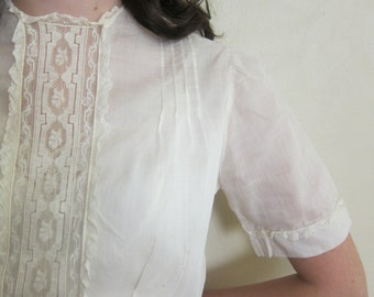 Vintage 1950s Ivory Blouse with Lace Front / 50s Short Sleeved Cotton Linen Top Back Buttons  / Small