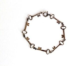 Vintage Key Bracelet . sterling silver bracelet . vintage silver charm bracelet .  key to my heart . key jewelry . sweetheart bracelet