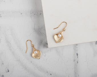 Gold lily and pearl drop earrings // calla lily jewellery // pearl bridal jewellery // gold earring // bridesmaid jewellery / flower earring