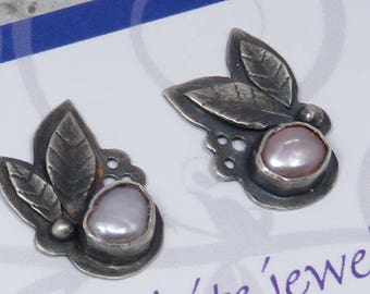 Silver studs with fresh water pearls and 2 leaves