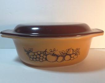 VTG Pyrex OLD ORCHARD 1 & 1/2 Qt Oval Covered Casserole #043 orange brown Fruit