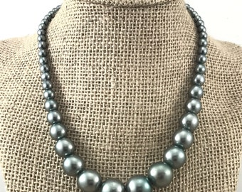 Gray Pearl Vintage Beaded Necklace, 1940s Gray Pearls. Single stranded pearly gray bead necklace. Gray necklace. Vintage faux pearls in gray