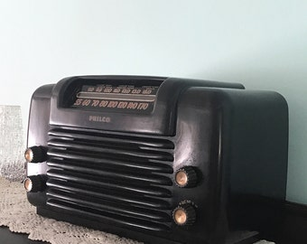 Philco Bakelite radio. Cool Retro Transitone Radio late 1940s, Automobile style front. Retro Radios, Art Deco Style Radios.