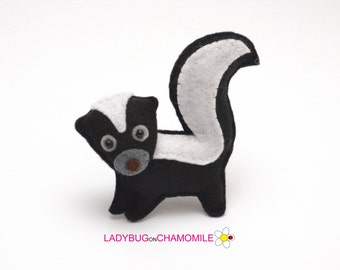 Felt SKUNK, stuffed felt Skunk magnet or ornament, Skunk toy, Forest animals, Nursery decor,Skunk magnet,Cute Skunk,baby toy,Nursery decor