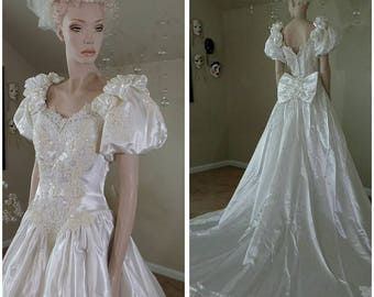 Beautiful Vintage 90s ivory wedding gown with train by David's Bridal size 12