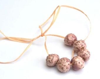 Handgemaakte Keramische Kralen Rond in Zacht Violet met kleine Bruine Bobbeltjes
