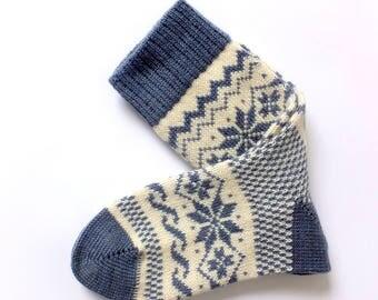 Classico scandinavo lana calze con disegni. Uomini e donne calze di lana. Calzini di lana grigia.  Calzini caldi. Scaldino del piedino.