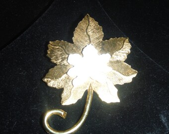 ROGET gold tone brooch  MAPLE LEAF