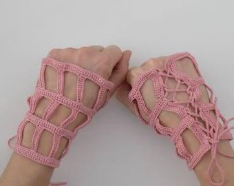 Tutoriel de fabrication Mitaines crochetées ajourées ajustables avec laçage, bijou de poignet main, accessoires main crochet, manchettes