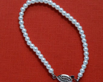 Vintage faux pearl bracelet.