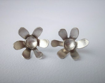 Daisy Stud Earrings, Stud Earrings, Silver Earrings, Flower Jewelry, Flower, Fashion Jewelry, Spring, Bridesmaid Gift, Statement jewelry