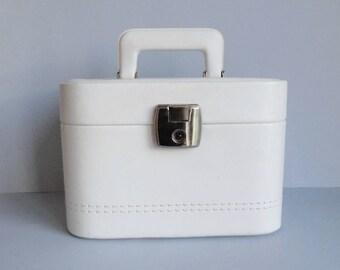 White Vintage Cosmetic Travel Case With Key // Beautybox // Handbag