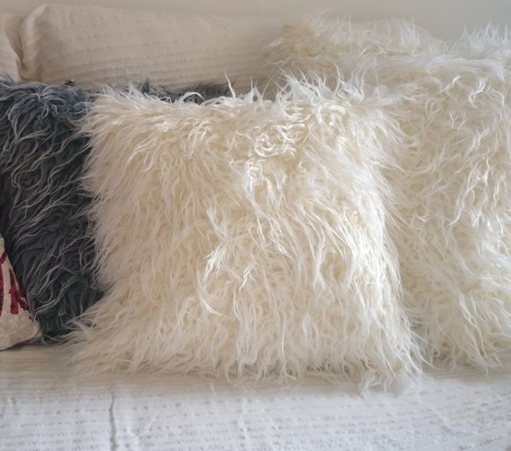 coussin fausse fourrure mouton poils longs sur chaque face. Black Bedroom Furniture Sets. Home Design Ideas