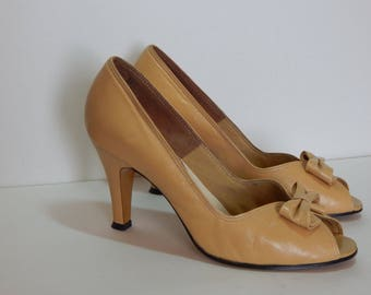 Vtg Naturalizer Pumps 8 M Tan Leather Peep Toe Bows High Heels USA Made (G-152)
