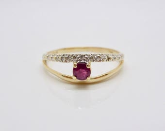 Superb 18 Carat Gold Ruby Diamond Ring 2.27 Grams Size 9.