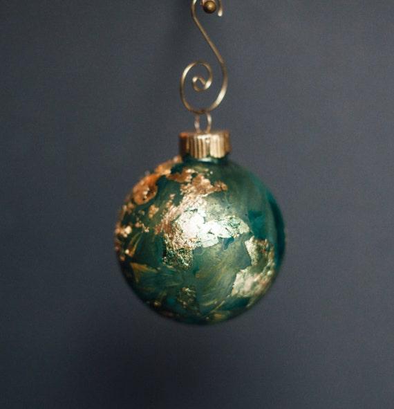"""1 un personnalisé ornement de Noël - rond de 2,5""""- peint en verre avec feuille d'or, cuivre, ou d'argent. Décor des fêtes à la main."""