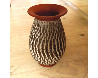 Handmade sgraffito vase by Wekara West Germany 12/20, very good condition, has also a cerateak - wood look, beautiful vintage product!