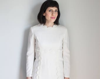 Vintage 1960s Mod White Daisy Shift Dress