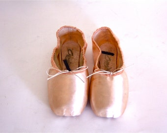 Vintage 70s Capezio Toe Shoes Ballet Point Slippers Ballerina NEW Old Stock Dance en Pointe Light Pastel Pink Satin Chaussons Women's Sz 7.5