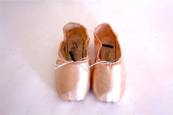 Vintage 70s Capezio Toe Shoes Ballet Point Slippers Ballerina NEW Old Stock Dance en Pointe Light Pastel Pink Satin Chaussons Women's Sz 7.5