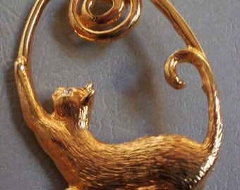 Vintage 1970s Stretching Cat Kitty Gold Tone Pin Brooch Short Hair Cat Rhinestone Eye  Yarn Spiral