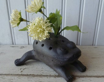 Flower Frog. Black Gray Clay. Made in Portugal. Like Oaxaca Mexico Pottery. Vintage Frog Figurine. Handmade Folk Art. Bisalhães, Vila Real.