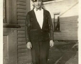 "Vintage Photo ""The Shoe Salesman"" Snapshot Antique Photo Old Black & White Photograph Found Paper Ephemera Vernacular - 79"