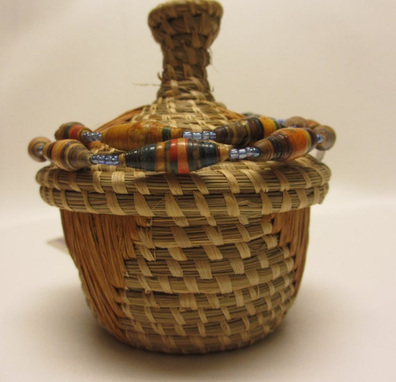 small african woven handmade basket with lid and paper bead. Black Bedroom Furniture Sets. Home Design Ideas