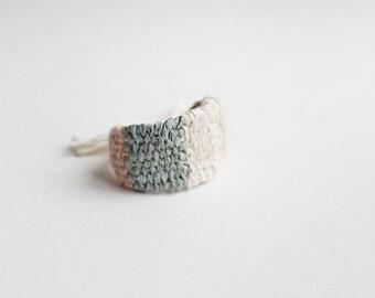 bracelet large tissé : crème, beige, turquoise et rose pâle
