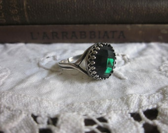 Emerald Green faceted glass and aged Silver adjustable crown ring
