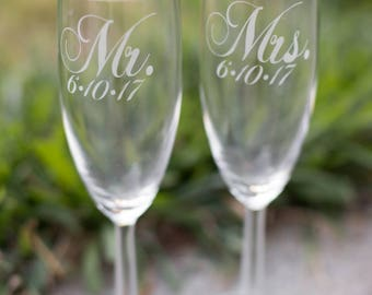 Ultra Elegant Mr and Mrs Champagne Flutes with Wedding Date, Set of 2, Mr and Mrs Toasting Glasses, Wedding Toast, Wedding Champagne Glasses