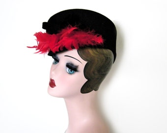 Vintage 1940s Black Wool Beret/ Cap Hat w/Red Feathers~ New York Creation