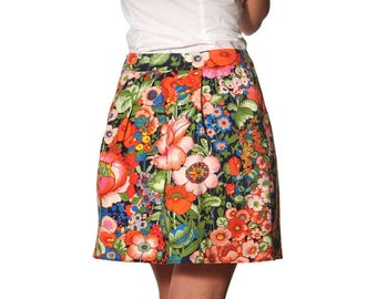 Short corolla-shaped skirt made of navy blue cotton patterned with exotic flowers