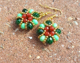 Baroque earrings with green tones and natural faceted beads
