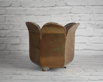 Vintage Solid Brass Bucket Planter Scalloped Edges Plants Pot Footed Design Patina Farmhouse Decor Antique Storage Bin Home Decorating