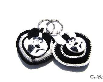 Crochet Black and White keychains with Audrey Hepburn's button,portachiavi bianco e nero con bottone Audrey Hepburn all'uncinetto