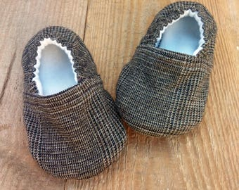 Boy Elegant brown Crib Shoes / Boy booties, Baby Moccs, Soft Sole Shoes, Baby Slippers, Baby Gift, Fabric Baby Booties,Infant Boy Shoes