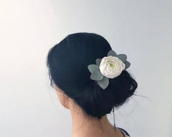 Floral hair clip with white ranunculus and eucalyptus, bridal hair clip floral headpiece hair clip for bride, bridal hair piece flower girl