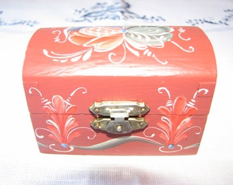 Small Norwegian Rosemaled Red Box in Blue/Red/Green Telemark Design