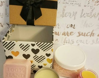 A gift for her bath and beauty gift set.