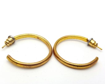 Simple and unadorned Gold tone Metal medium sized Hoop Earrings Vintage from the 90s Loops Circles Round preppy no-nonsense umembellished
